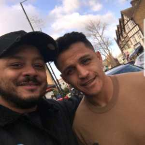 Troopz from ArsenalFanTV meets Alexis Sanchez after he gets a haircut