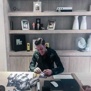 Ozil: Had a busy day signing things. 😉 #autographs #M1Ö #London