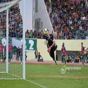 A heartbreaking story from the Iraqi Premier League today.Naft Maysan goalkeeper Alaa Ahmed played a fantastic game against Al-Shorta without telling anyone about the passing of his son just yesterday. After the game, he couldn't hold back his emotions and burst into tears.