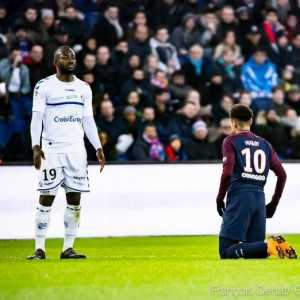 Stephane Bahoken (Strasbourg) has a new Twitter profile picture in which Neymar kneels before him