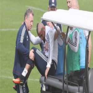 Arturo Vidal twisted his right knee in training today and had to be carried off the pitch. [BILD]