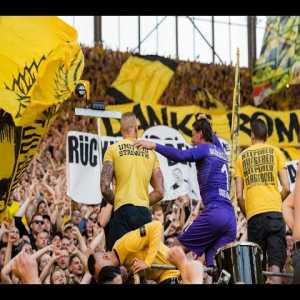 After 16 years in the club Roman Weidenfeller (BVB) gets his well-deserved farewell in(!) the Süd!
