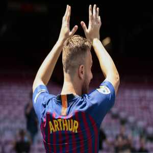 """Arthur: """"Ineista and Xavi are the players I've always admired. It's an honor to be compared to them""""."""
