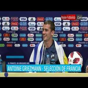 Griezmann wears the Uruguayan flag in the conference after being World Champion.