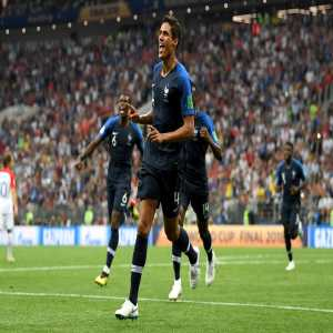 Raphaël Varane 🇫🇷 is only the 4th player to win the World Cup & the Champions League in the same season after Christian Karembeu in 1998 (France & Real Madrid), Roberto Carlos in 2002 (Brasil & Real Madrid) & Sami Khedira in 2014 (Germany & Real Madrid).