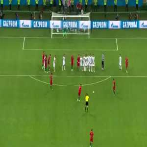 In the Chinese television they analyzed step by step Cristiano Ronaldo's free kick goal to Spain. The program's presenter was 'inside the field', and was even able to move the ball