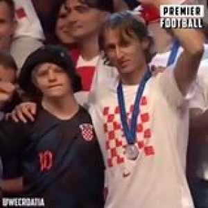 Luca Modric was told a boy with down syndrome wanted to high five him because he's his favourite player, so he brought him up on stage for the entire ceremony 👏🏼❤️