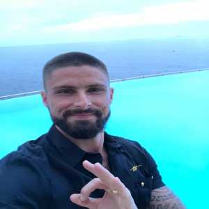 Olivier Giroud follows up on his promise and shaves his head!