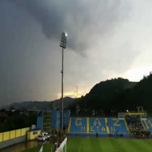 Thunder struck one of the lightning pylon and second half has been played in poor visibility in first Romanian tier