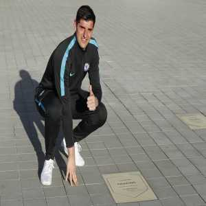 Outside the Wanda Metropolitano, Atletico commemorates players with 100+ matches played for the team with a plaque. Thibaut Courtois' plaque won't be looking this clean for long after his move to their rival...