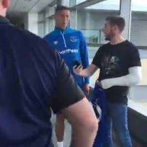 An Everton fan dislocated his elbow celebrating Richarlison's goal on Saturday. Today Richarlison signed his cast and gave him a free shirt.