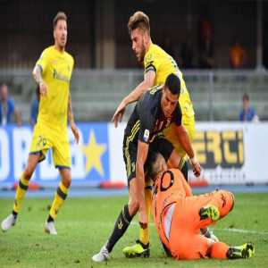 """Stefano Sorrentino, Chievo GK who came off injured yesterday after a clash with Ronaldo: """"I received a message from Cristiano Ronaldo telling me to stay strong and wishing me a quick recovery. Thank you legend!"""""""