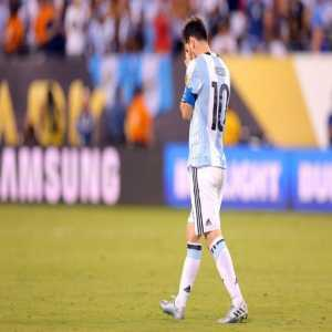 """Elvio Paolorroso, one of Gerardo Martino's assistants on Lionel Messi after 2016 Copa loss: """"More or less around 2:00am, I was in the room and saw Leo, alone, crying like a baby who lost his mother. He was lying there, no one able to comfort him."""" Via Jogo Bonito."""