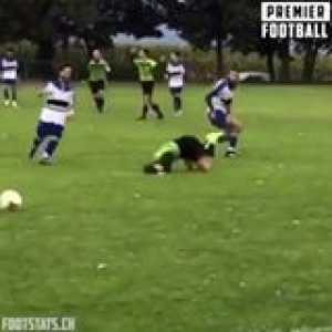 Happy Sunday people 👋  How about a dirty Sunday League tackle to start your day right 😍