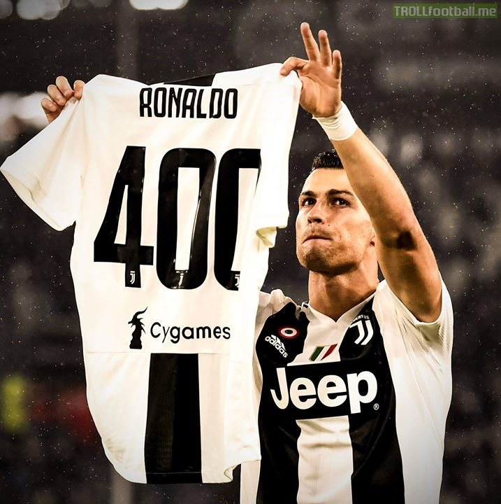 Cristiano Ronaldo showing the shirt given by Juventus for his 400 league goals.