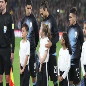 Martín Cáceres gesture with the girl that accompanied him in the cold night at the Emirates Stadium before the match with Brazil