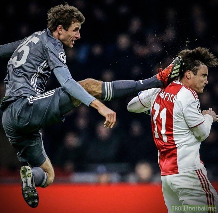 Muller doing his best impression of the Bundesliga logo...😂