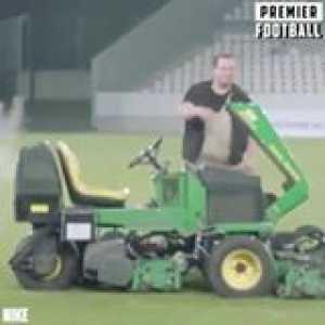 Aubameyang vs a groundsman 😂
