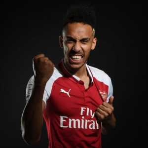 Pierre-Emerick Aubameyang on winning the Arsenal player-of-the-month award: Thanks 🙏🏽 apart that sh*t game in Liverpool it was a good month 😆😂😁🙏🏽