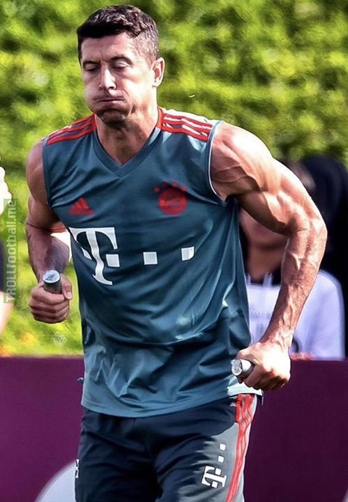 NO days off for Robert Lewandowski 😳💪