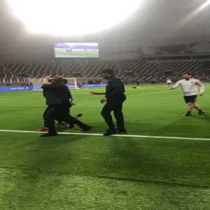A Qatari fan invaded the pitch during PSG's training