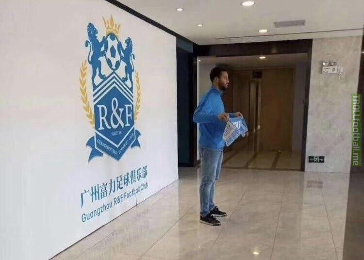 Leaked photo of Moussa Dembelensigning for Guangzhou R&F