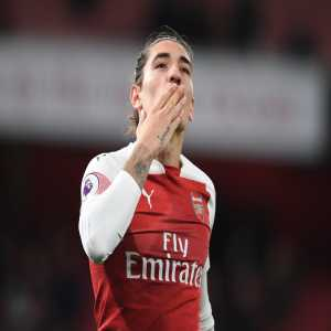 Bellerin's been stretchered off after going down in the Chelsea half due to a non-contact injury.