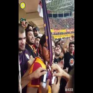 When a Fan Dropped His Phone, Galatasaray Fans Came up with This Genius Solution