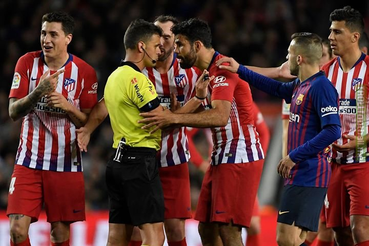 """Diego Costa got a red card vs Barcelona because he said to referee Gil Manzano: """"I s**t on your f***ing mother"""".  The guy is absolutely nuts. 🤦😠"""