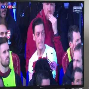Özil throws his jacket towards Emery