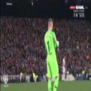 Solskjaer gives a piece of paper with instructions to Rashford, then he throws it away, and Ter Stegen picks it up and reads it