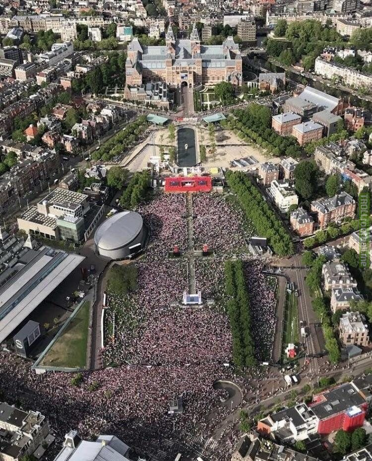 100,000 people are currently present at the ceremony of Ajax.