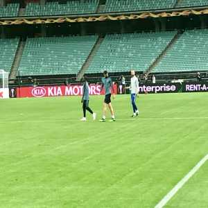 N'golo Kanté taking part in Chelsea training but working away from main group after being rated 50-50 for #EuropaLeagueFinal2019 with knee problem. Earlier Pierre-Emerick Aubameyang trained with cast on arm but said to be minor issue, no break, won't affect availability