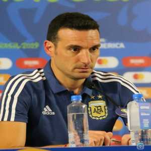 """Scaloni: """"We believe that when you hit one, you hit everyone. You can not look the other way when a teammate is mistreated, We saw that with Leo today""""."""