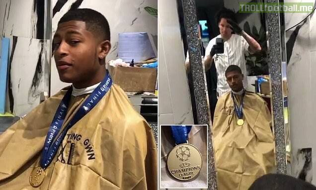 Rhian Brewster got his haircut at his barber with his Champions League medal.   He played 0 minutes in the Champions League. 😂😂
