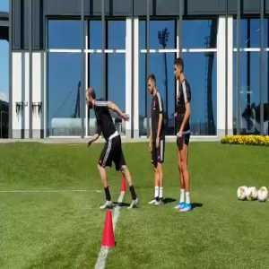 Higuain's sprint vs Ronaldo's sprint at Juventus' training session today