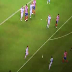 Modric' and Vinicius' passive behavior as they concede a goal