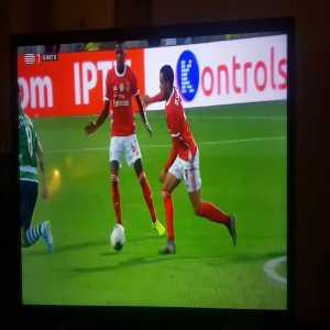 Raúl de Tomás nutmegs Bruno Fernandes: BENFICA 5-0 SPORTING