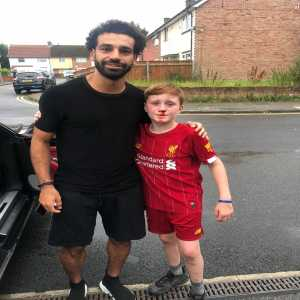 Salah stops for a kid who knocked himself out trying to wave to him