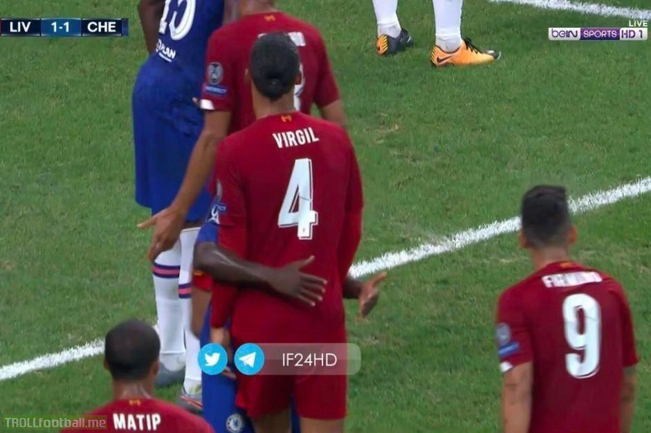 Kante marking Van Dijk during a Liverpool corner