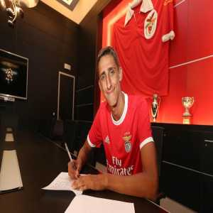 José Muller, 16 year old Portuguese defender, signs his first professional contract with Benfica
