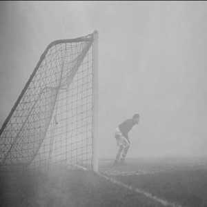 On December 25, 1937, the match between Charlton and Chelsea was interrupted due to thick fog. Sam Bartram, Charlton's goalkeeper, continued to play without realizing that he was alone. It was a policeman who found him on the field 20 minutes later.