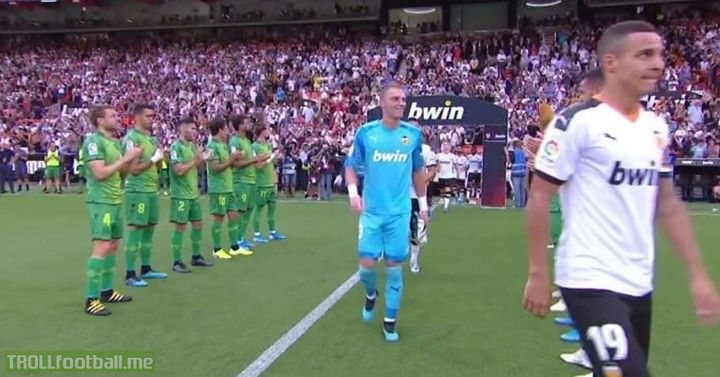 Jasper Cillessen played the Copa del Rey final with Barcelona against Valencia and lost it  Then he moved to Valencia and at the weekend he received a guard of honour and celebrated the trophy that he lost with Barcelona. His face 😂