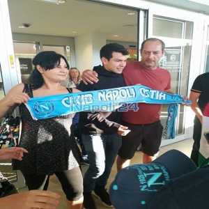 Hirving el chucky Lozano landing in Roma with first photos with Napoli supporters @claudioruss
