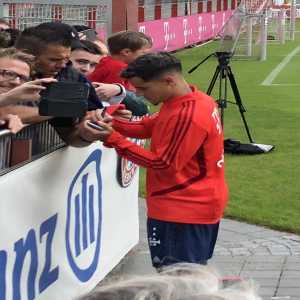 Philippe Coutinho stayed on the training ground long after every other player and coach has left the field already to take photos and give autographs to the 1500 fans that showed up