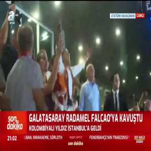 """Radamel Falcao does his first """"üçlü"""" in front of Galatasaray fans at the airport."""