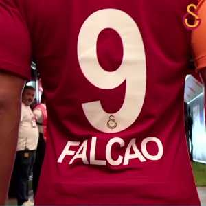 Falcao given warm welcome by galatasaray fans