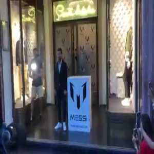 Madness in Barcelona in the presentation of the clothing brand of Messi's sister. Leo Messi on the Paseo de Gracia raising passions