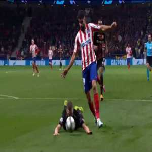 Diego Costa goes down in penalty area - no penalty