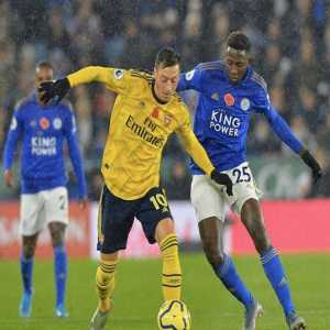Mesut Özil in the second half vs. Leicester City: 2 passes into the box, 0 successful take-ons, 0 successful crosses, 0 chances created , 0 through balls, 0 fouls won, 0 shots.